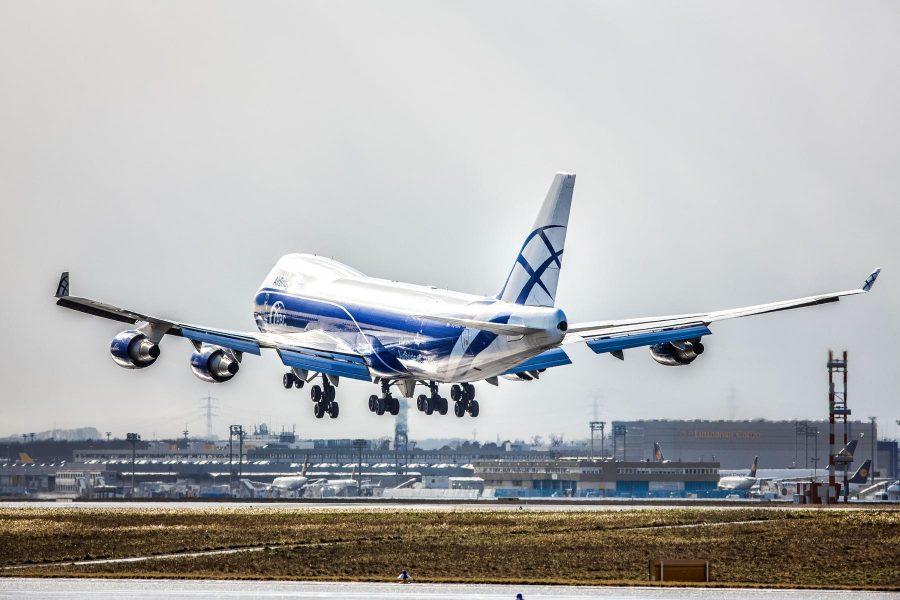 Boeing-747 на взлетной полосе
