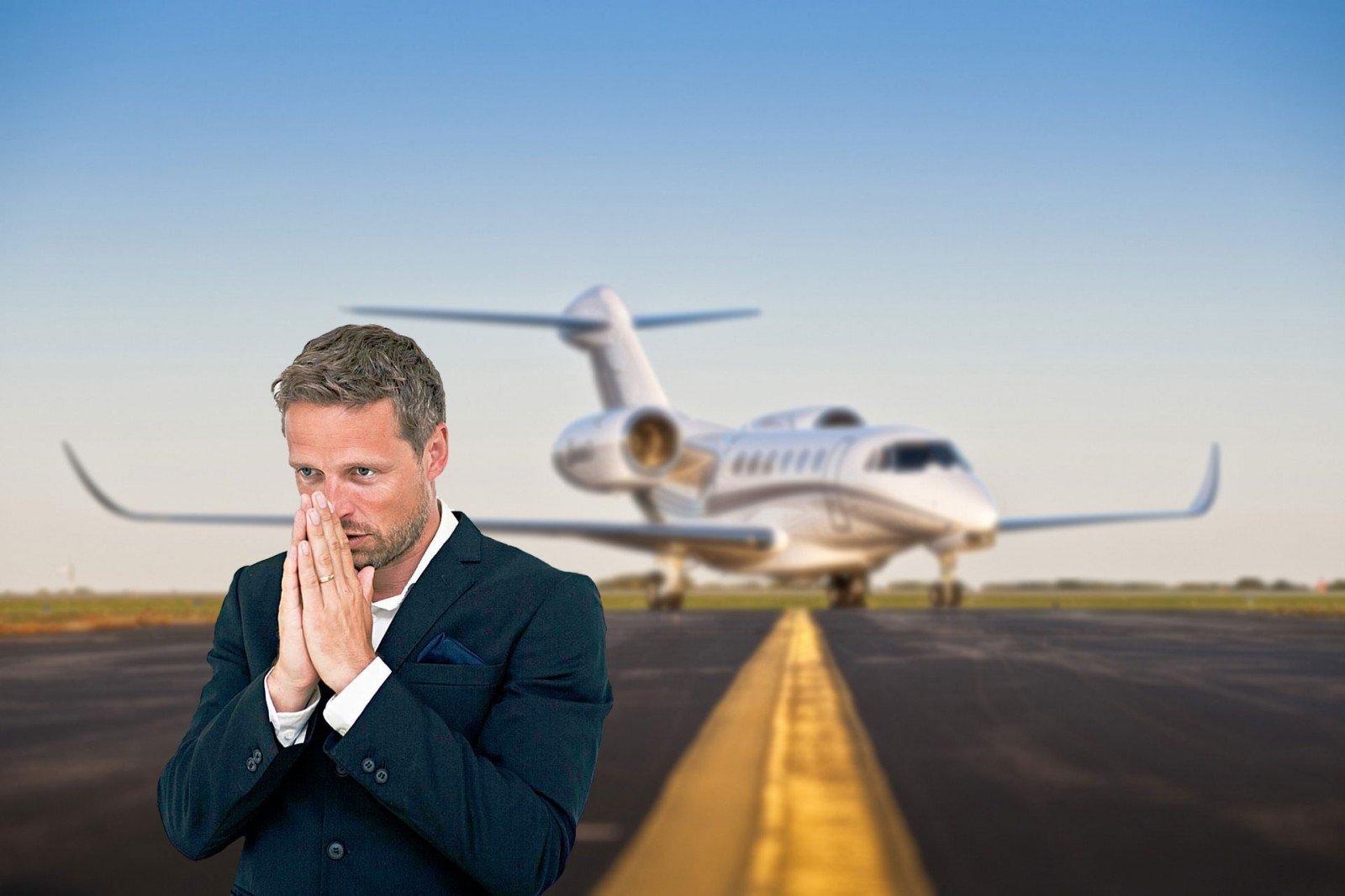 Человек боится лететь на самолете