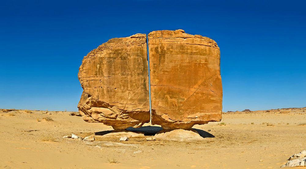 Разрезанный камень в Саудовской Аравии