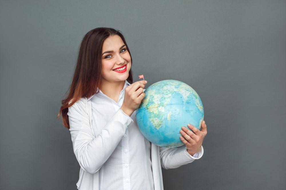 Девушка с глобусом