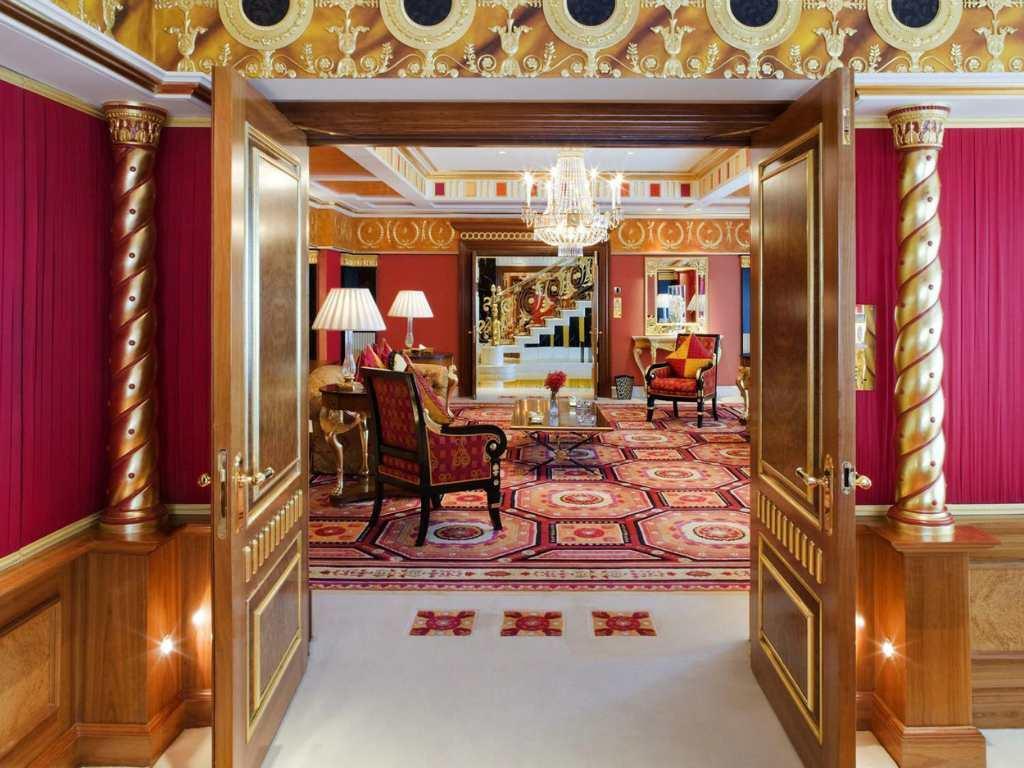 Номер в отеле в виде паруса с Дубаи