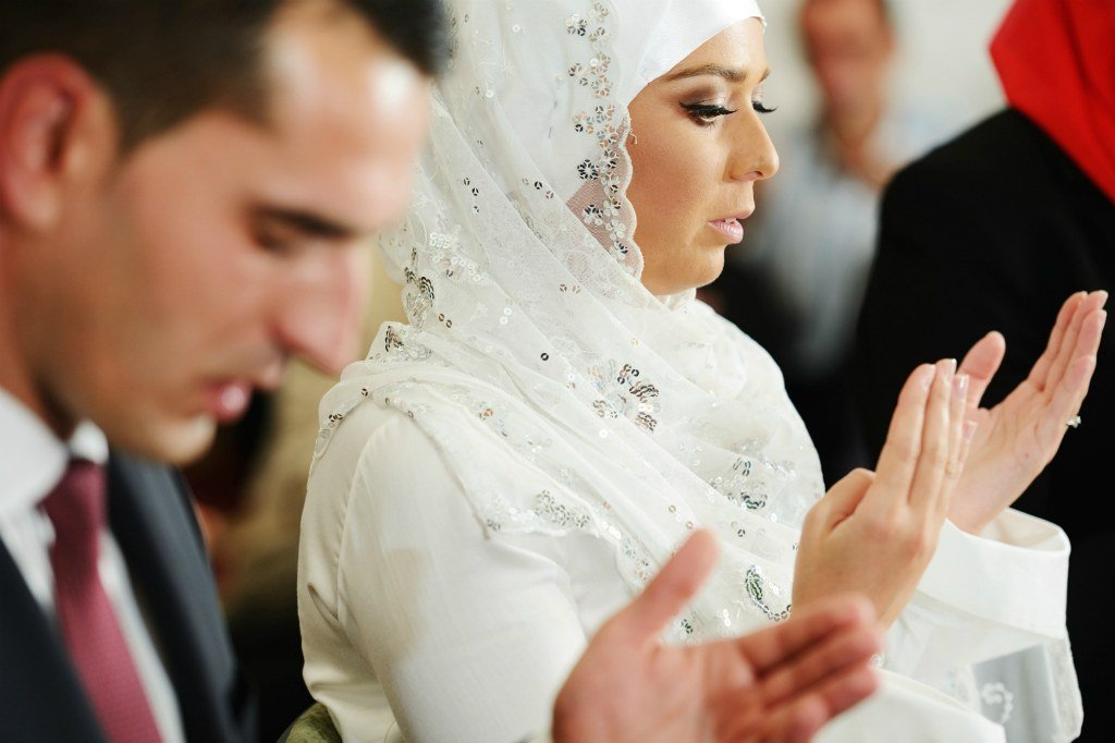 Молодожены молятся