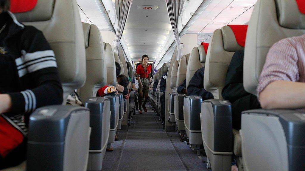 Проход между сиденьями на борту самолета