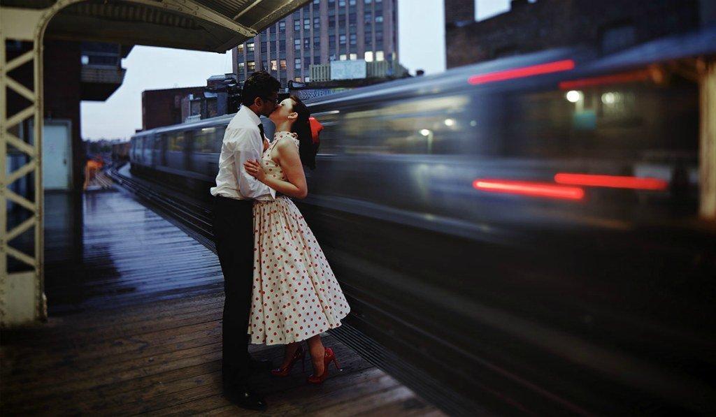 Пара целуется на вокзале