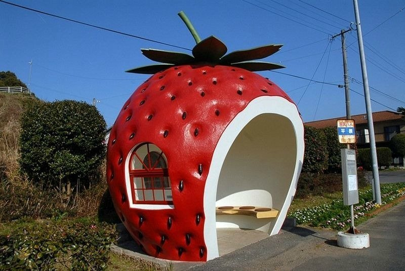 Необычная остановка в виде ягоды