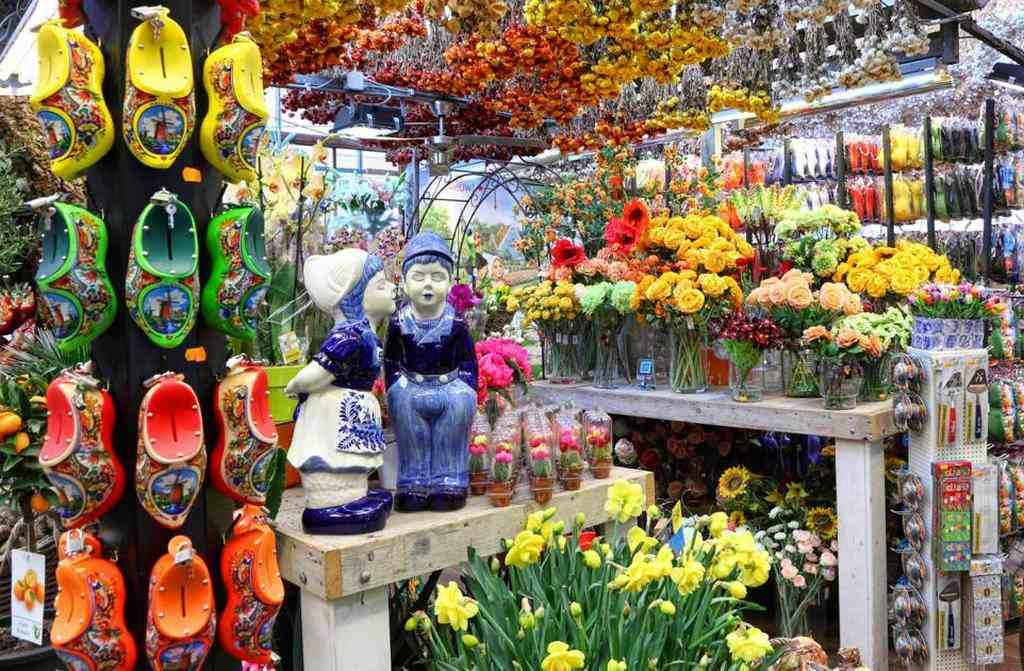 Продажа сувениров на цветочном рынке