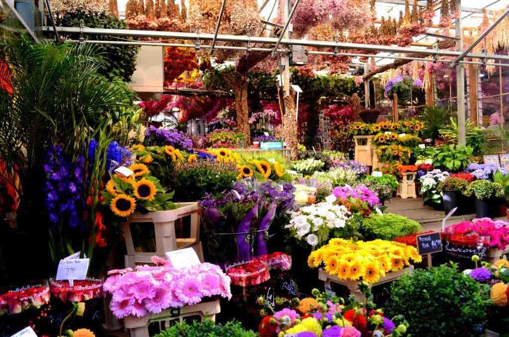 Красочные искусственные букеты на рынке