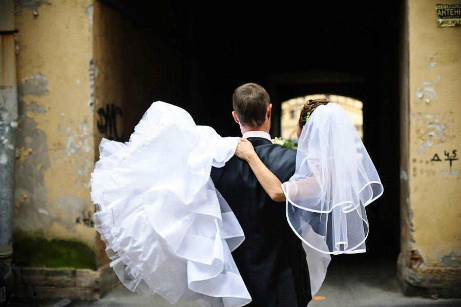 Невеста у жениха на руках