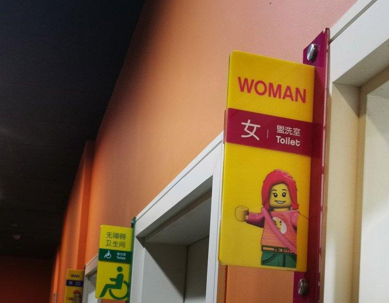 вывеска туалет лего Голандия