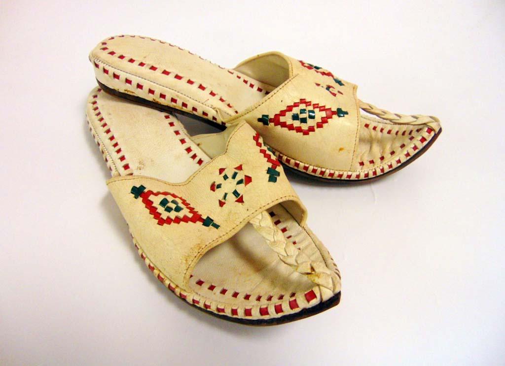 осточные туфли с задранными изогнутыми носами