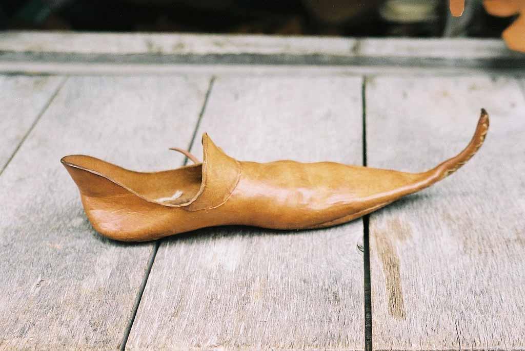 изогнутый длинный нос у обуви