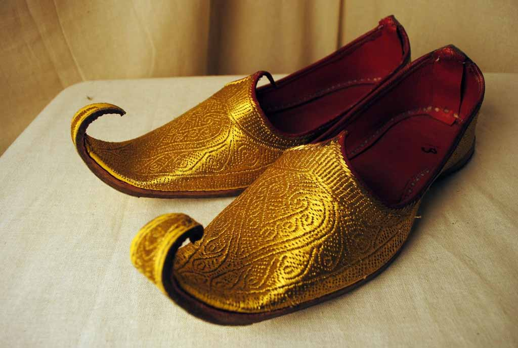 обувь с задранными носами