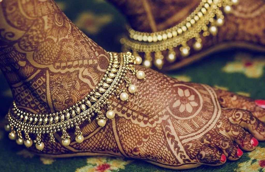Браслеты на ногах индийской девушки