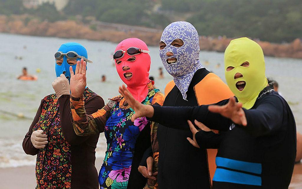 Почему китайцы носят маски на пляжах