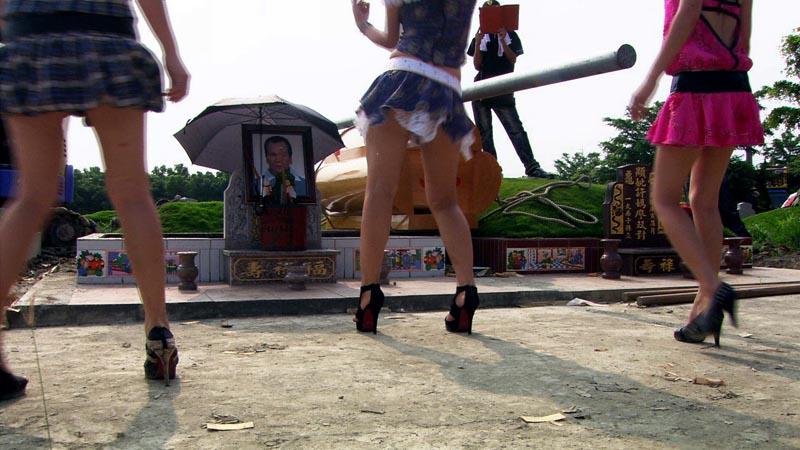 в Китае на похороны приглашают танцовщиц на шестах