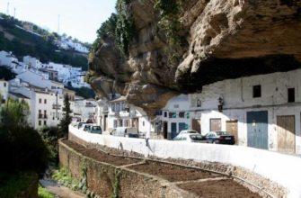 Не страшно ли жить в испанском городе под огромной скалой?