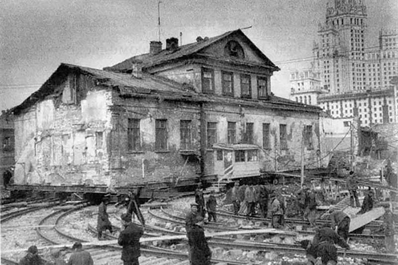 Зачем в Москве передвигали целые дома