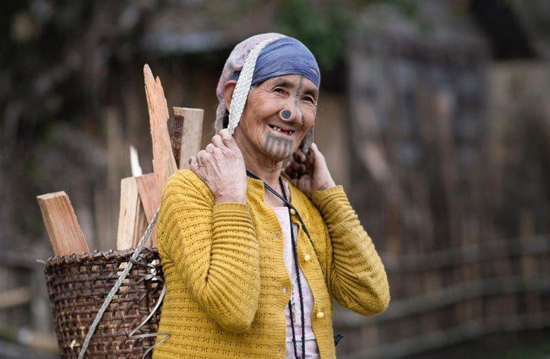 Странная мода или ритуальный жест женщин апатани