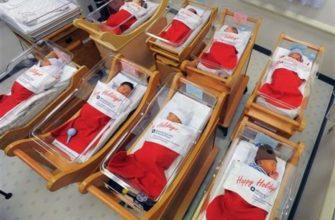 Зачем новорожденных кладут в рождественские носки для подарков