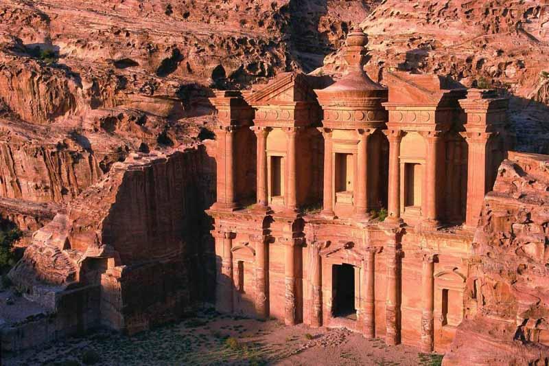 Где находится город Петра, названный Новым Чудом Света