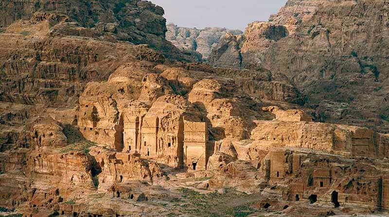 город находится на краю Аравийской пустыни, в каньоне Сик.