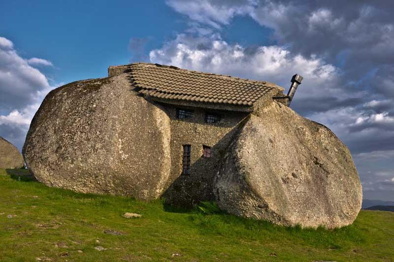 Каса-де-Пенеду: каменный дом из 4 валунов