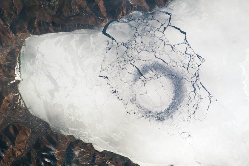 круги на льду Байкала