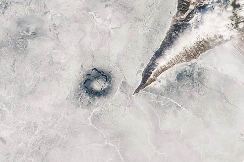 Опасно для жизниходить по кругам на льду Байкала