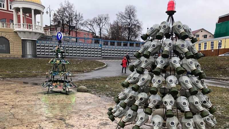 в Рязани у входа в местное кафе поставили новогоднюю елку из противогазов