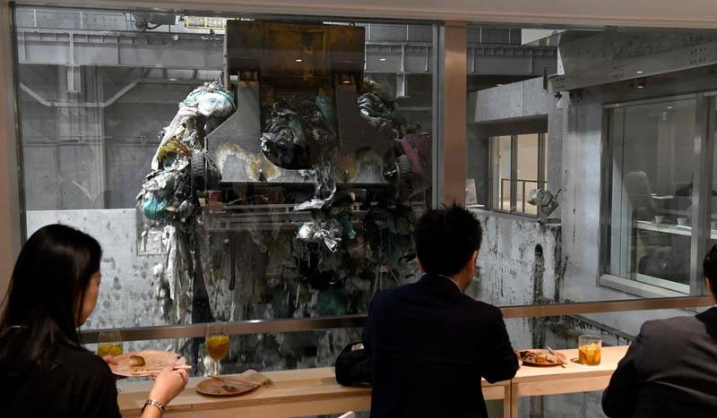 японцы валом валят в «Яму Гоми»