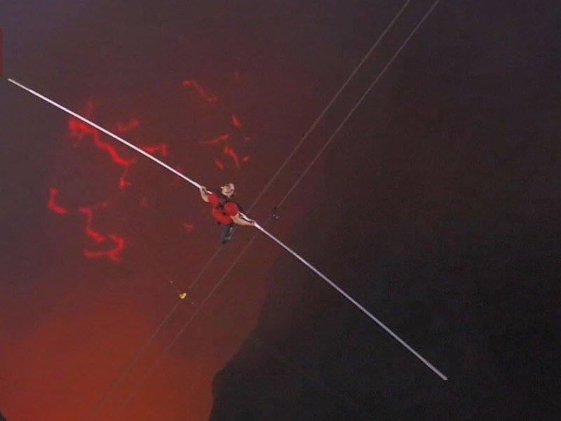 Дорога длиной 538 метров пролегала на высоте 638 метров под ногами Ника Валленда огненная лава
