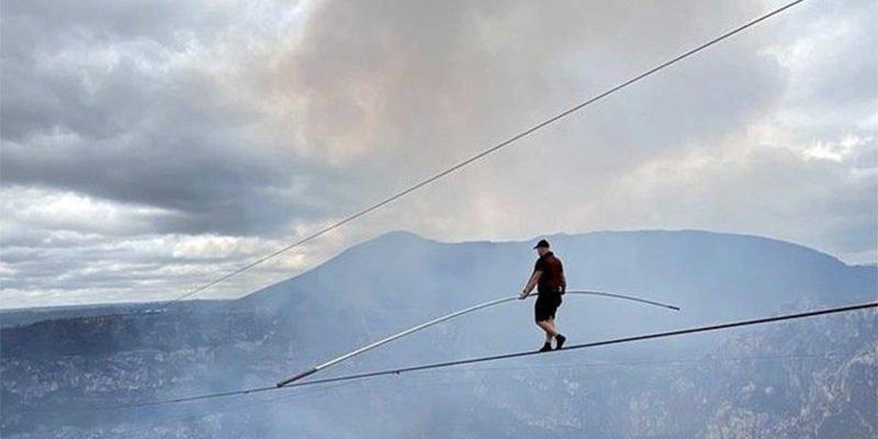 Каким образом канатоходцу удалось пройти над вулканом