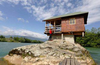 Кто и зачем построил домик посередине реки в Сербии