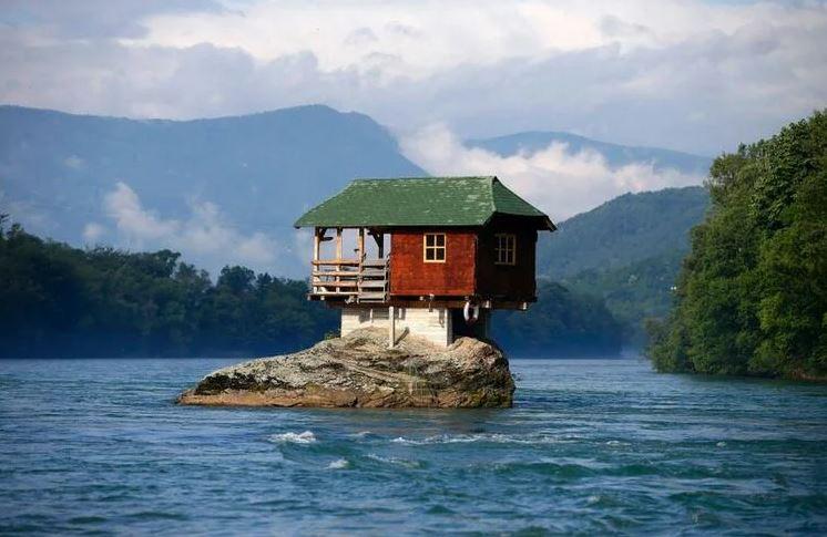 дом по середине реки
