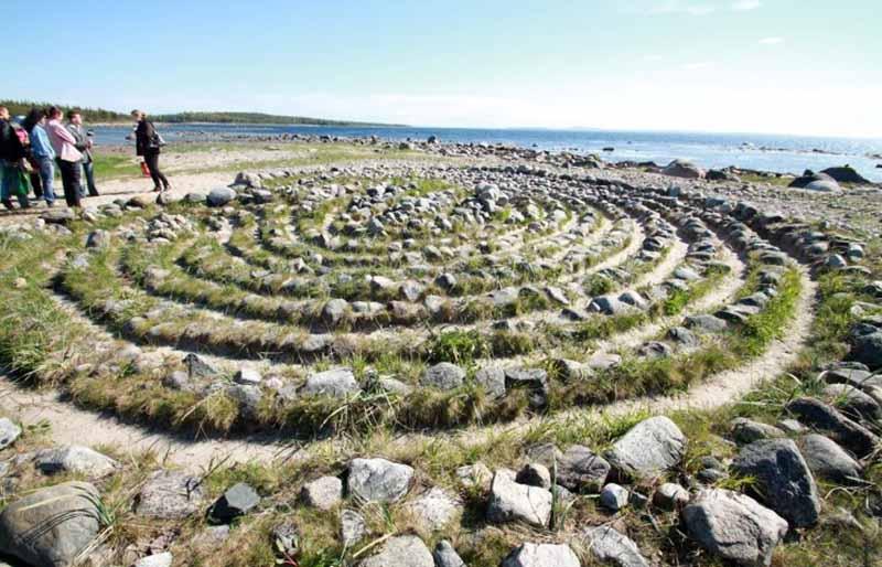 Соловецкие лабиринты имеют спиралевидную форму и располагаются в дальней части Большого Заячьего острова