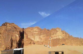 Огромное зеркальное здание в Саудовской Аравии