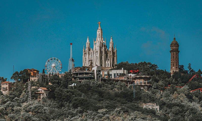 одной из трех главных церквей Каталонии называют Храм Святого Сердца Иисуса