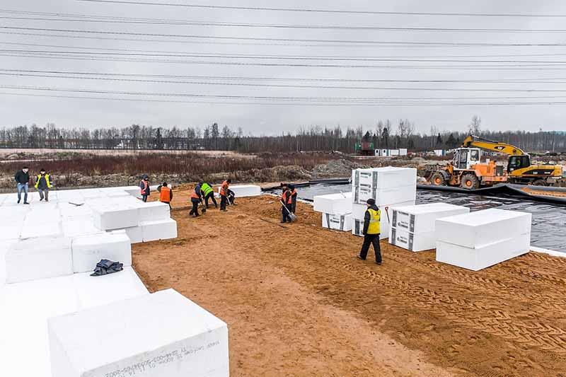 строители подкладывают под фундамент дома специальную теплоизоляционную подушку