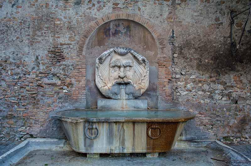 Зачем во дворцах турецких султанов делали фонтанчики с водой в стенах