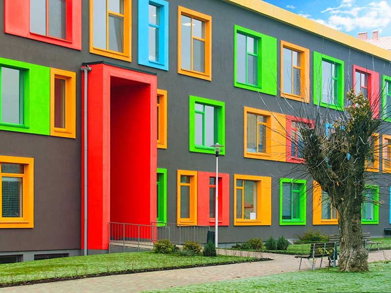 Пестрые дома в Голландии с тремя окнами