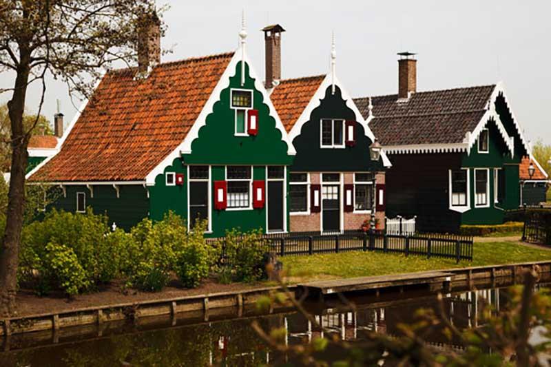 в Нидерландах жители не вешают шторы на окна