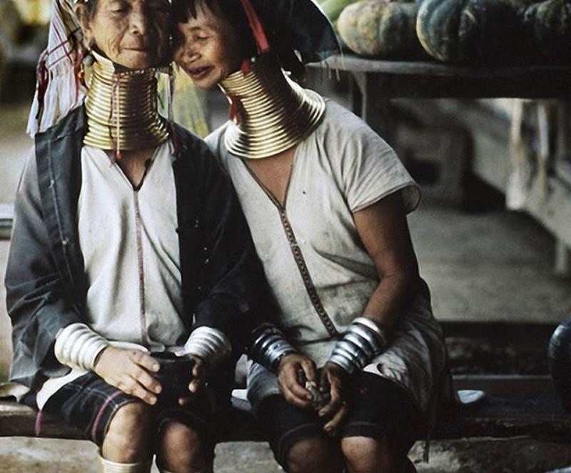 В Бирме живет племя Падаунг, название которого переводится как «длинные шеи»