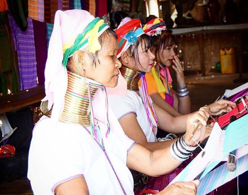 Женщины Бирмы наглядно демонстрируют на себе действие поговорки «красота требует жертв