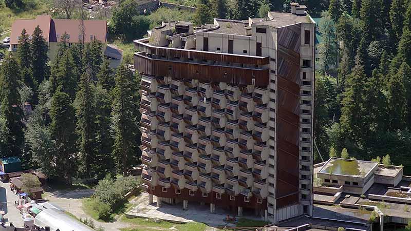 Недостроенная гостиница «Аманауз» в Домбае