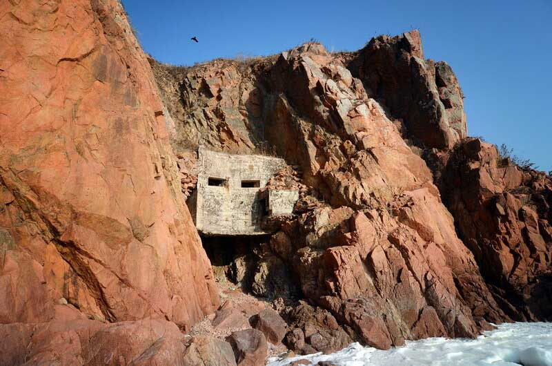 ДОТ «Скала», сооруженный между двумя скалами на острове «Русский»