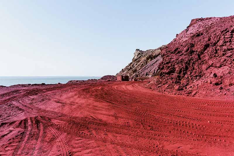 Кровавый пляж на острове Ормуз в Иране