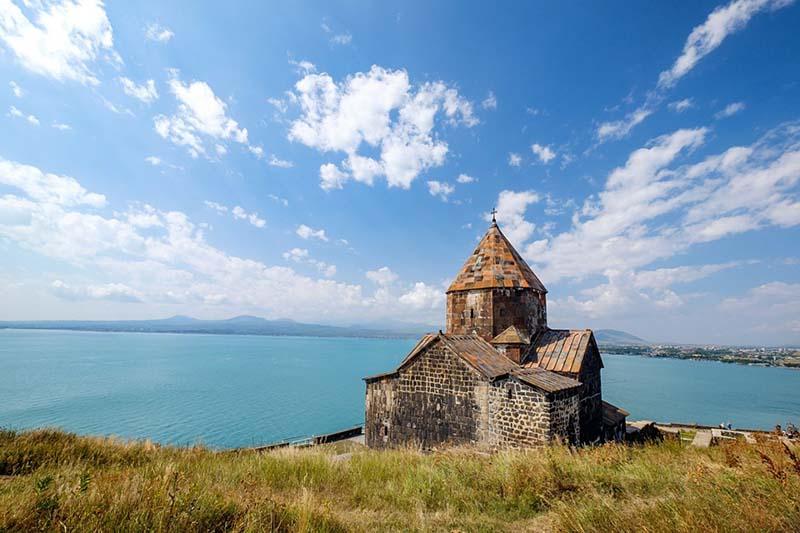 Озеро Севан: где находится и как получило такое название?