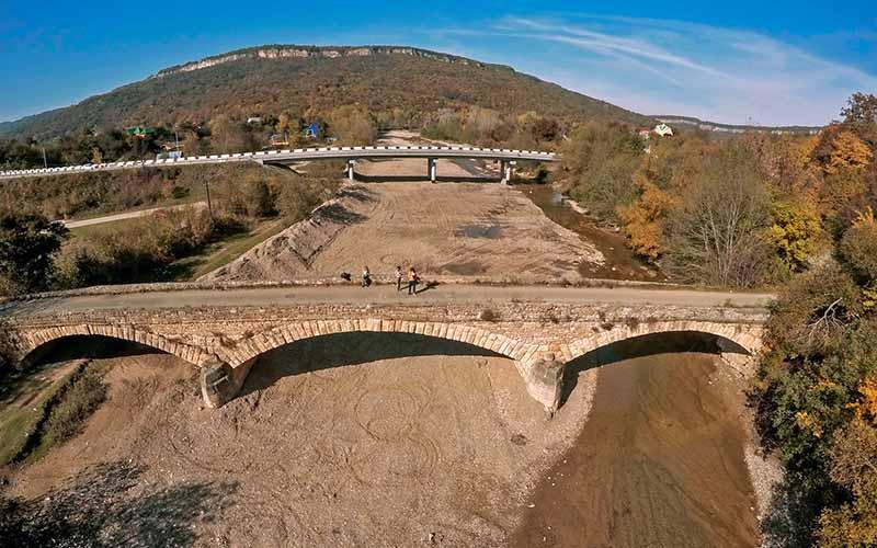Необходимо добраться до нового моста, расположенного на улице Мира, затем повернуть в левую сторону на улицу Речную.