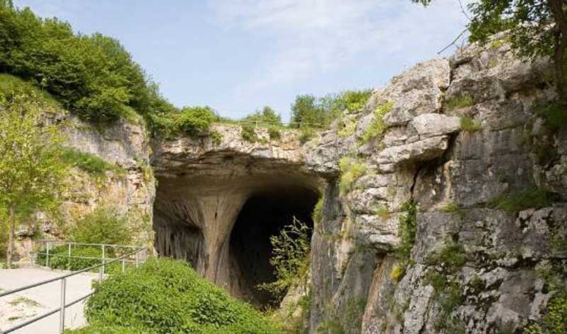 Также вблизи располагается небольшой дом имени Петра Трантеева, откуда хорошо видна сама пещера и окружающая ее природа.