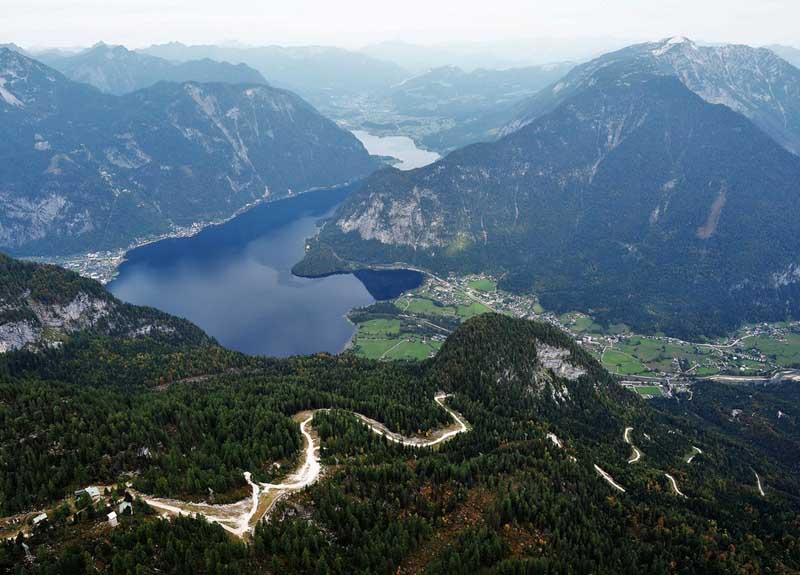 Находится смотровая площадка в Альпах, недалеко от популярного австрийского города Гальштат, который располагается в 200 км от Вены.